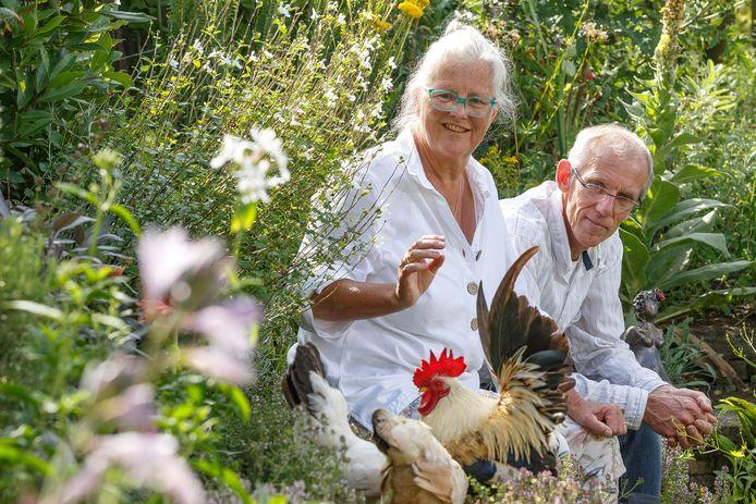 Sjouke van Essen en Rolande Poppe in hun tuin in Diepenveen:  ,,We kunnen ons verwonderen over hoe goed een plant het doet, of over die kleine kever die voorbij wandelt.''