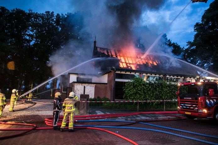 De brandweer in actie bij de brand, afgelopen maandag.