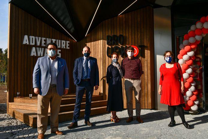 Vlnr.: Schepen Sami Souguir, minister Matthias Diependaele, ondernemers Nele Van Damme en Koenraad Belsack en schepen Tine Heyse huldigen het gebouw samen in.