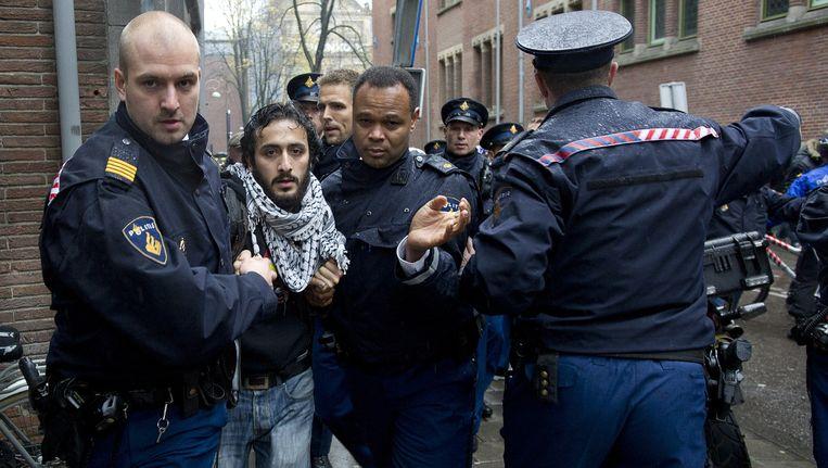 Abulkasim Al-Jaberi wordt opgepakt door de politie na zijn uitspraak over het koningshuis Beeld anp