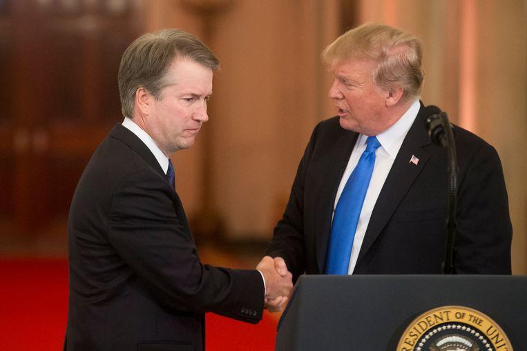 De nieuwe rechter in het Hooggerechtshof Brett Kavanaugh en president Donald Trump (archiefbeeld).