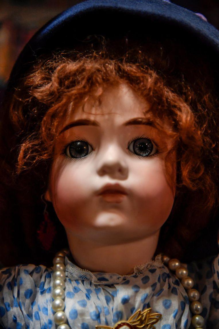 Detailbeeld van een poppenhoofdje.