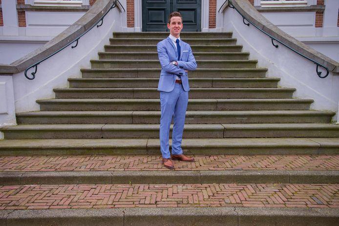 Noah Brok, op de trappen van het gemeentehuis in Vlijmen.
