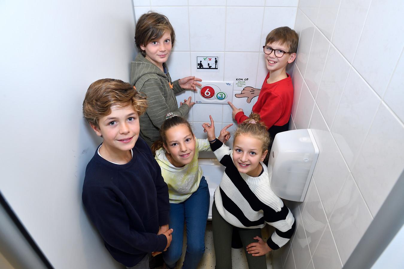 Vijf leerlingen bedachten een waterbesparende wc-sticker.