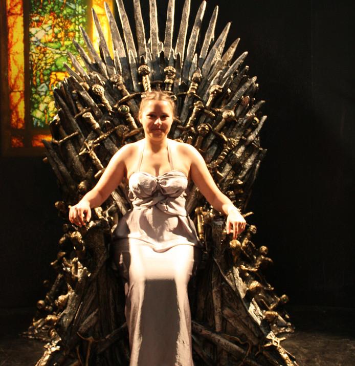 Tirza Schouten in haar zelfgemaakte 'Khaleesi-jurk' op de IJzeren Troon uit de serie Game of Thrones