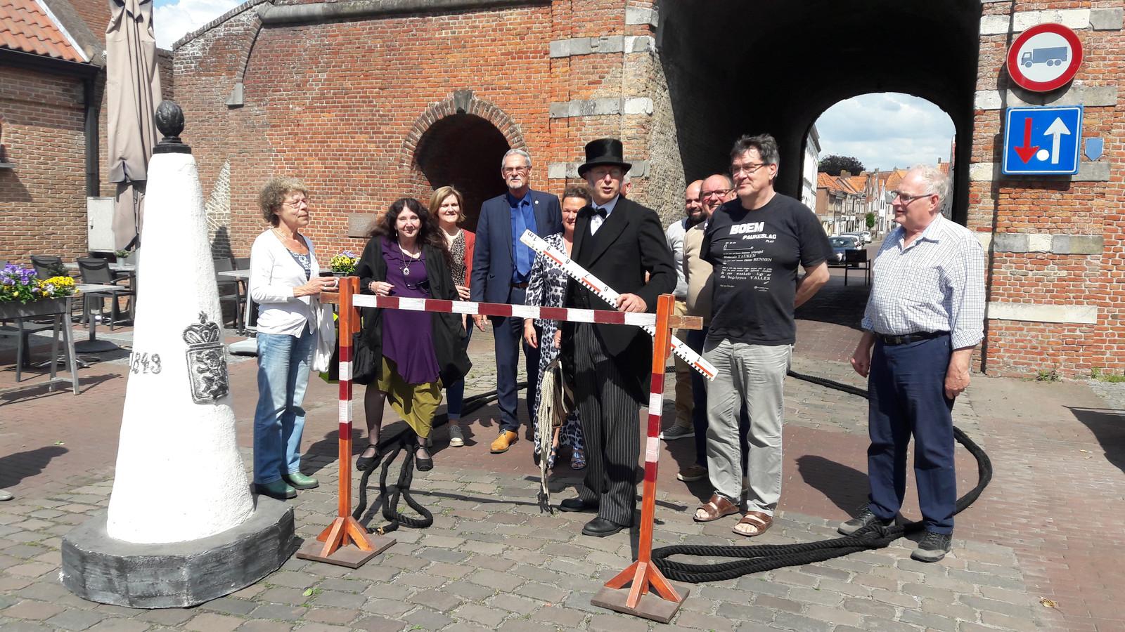 'Aart Noevoo' van Ferini Theater zorgde voor een act bij de bekendmaking van het programma van Kunstenfestival Aardenburg. Om de kunst 'te meten' en de grens naar België symbolisch over te steken.