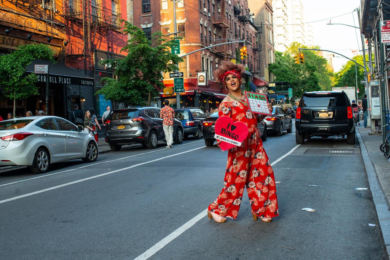 Shaquanda Coco Mulatta helpt mee bij een bingoavond die wordt gehouden door drag queens.  Beeld Monique Jaques