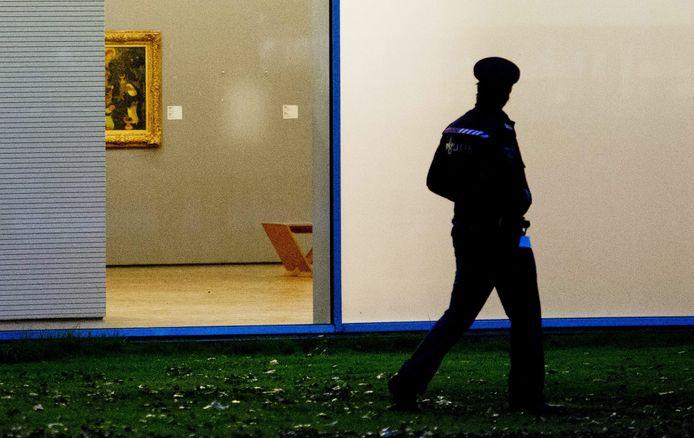 Een politieagent daags na de roof bij de Kunsthal in Rotterdam, 16 oktober vorig jaar.