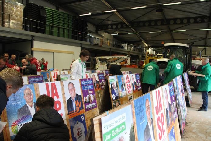 Op de gemeentewerf in Veghel worden posters geplakt.