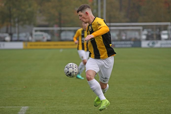 Thomas Buitink voor Jong Vitesse in actie tegen Jong Feyenoord.