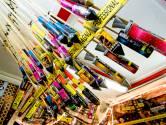 Vuurwerkbranche met handen in haar na afgekeurde vuurpijlstandaard