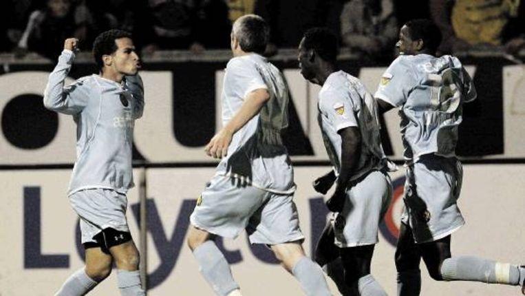 Hadouir wordt door ploeggenoten opgevangen na de 1-2 voor Roda JC. Uiteindelijk moesten strafschoppen de beslissing brengen. (Dennis Beek/ANP) Beeld