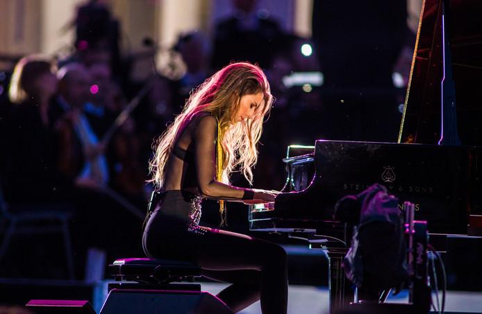 Iris Hond speelt werk van haar eerste zelfgecomponeerde album Dear World.