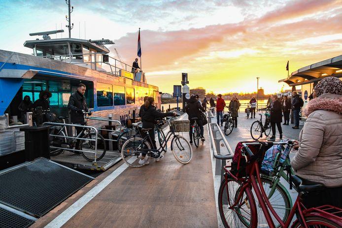 Fietsers wachten aan de Merwekade op de Waterbus om vervolgens naar Papendrecht te gaan