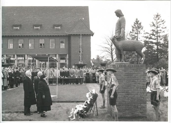Prinses Wilhelmina bij de onthulling in 1955 van het standbeeld van Tante Riek in Winterswijk.