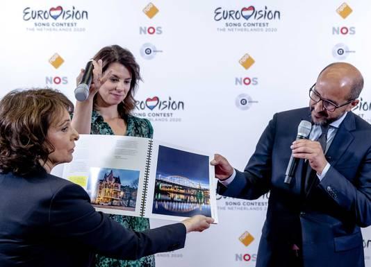 Burgemeester Ahmed Marcouch presenteert NPO-bestuursvoorzitter Shula Rijxman het bidboek waarmee Arnhem het Eurovisie Songfestival wil binnenhalen.