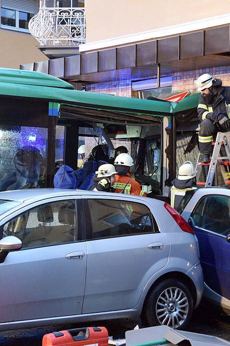 Zeker 47 gewonden door crash Duitse schoolbus tegen huis
