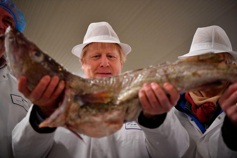 Premier Boris Johnson bezoekt de vismarkt van Grimsby in het noordoosten van Engeland. Beeld null