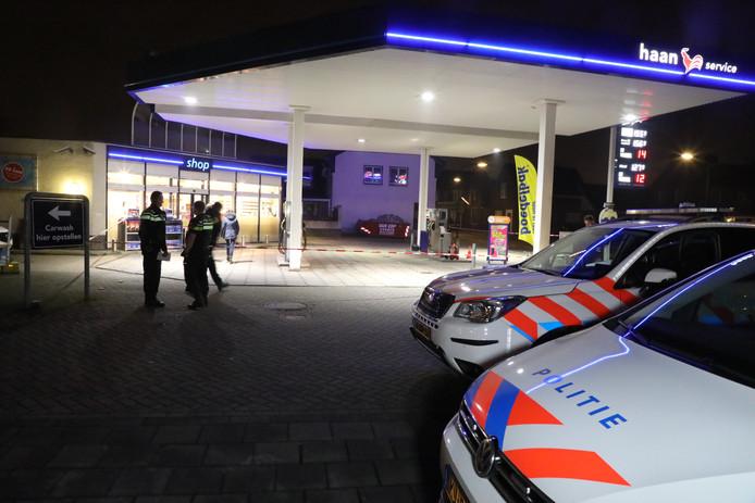 Veel politie donderdagavond bij tankstation Haan in Kaatsheuvel.