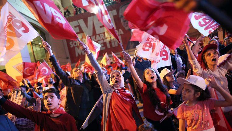 Aanhangers van Erdogan vieren de uitslag. Beeld Reuters