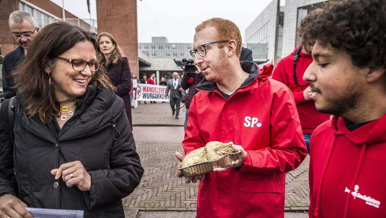 Eurocommissaris Cecilia Malmström kwam vandaag aan bij de Stopera. Demonstraten wilden haar een chemische kip aanbieden, maar die weigerde ze Beeld Rink Hof