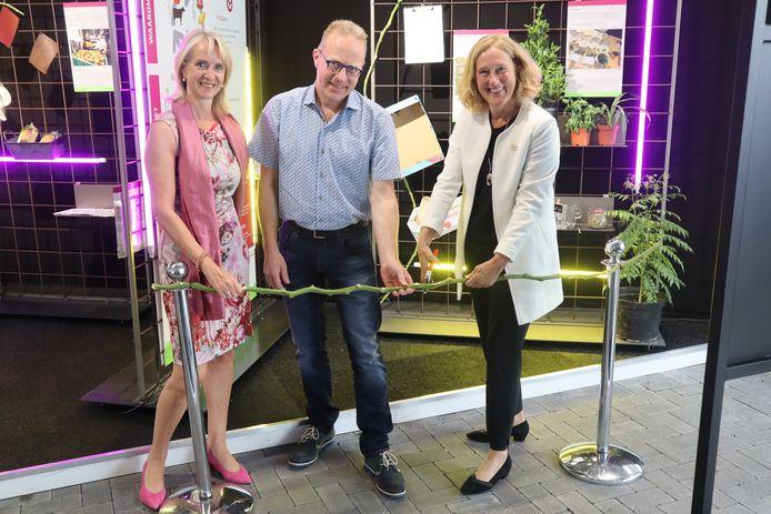 Jolanda Heistek (programmadirecteur Greenport West-Holland, links), Willem Kemmers (projectleider Biobased Greenport West-Holland) en Adri Bom-Lemstra (gedeputeerde provincie Zuid-Holland, voorzitter Greenport West-Holland).
