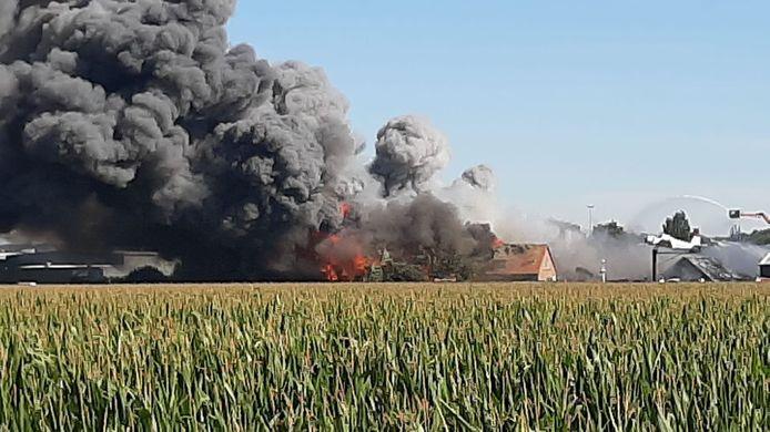 Een overzichtsfoto van de enorme brand in Duiven.