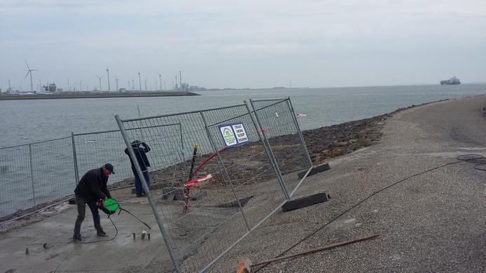 Werk aan de fundering voor de sensormast van North Sea Port op de Westhavendam bij Ritthem.