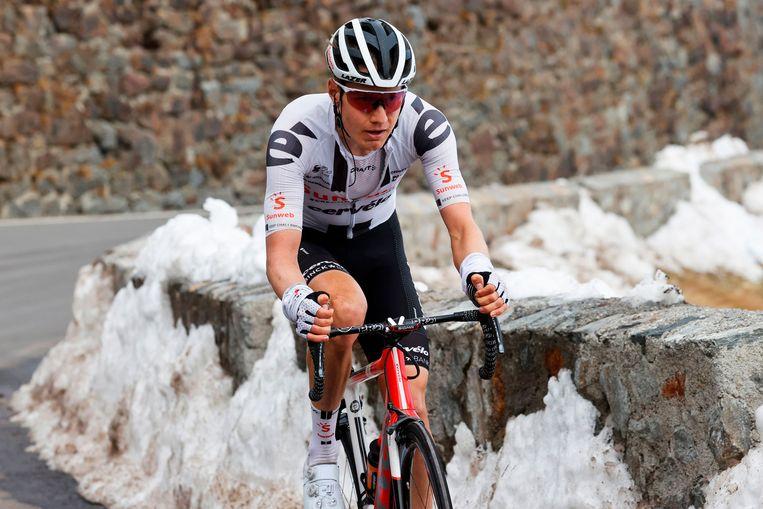 Wilco Kelderman in zijn eigen tempo naar de top van de Stelvio. Beeld AFP