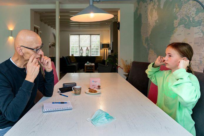 Mae van der Loo en Willem Geurts praten in gebarentaal over de corona en hoe dat haar beïnvloedt in het dagelijks leven.