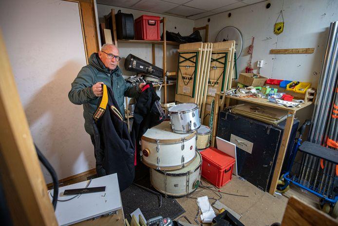 Voorzitter Bart Hamer in de chaos die de inbrekers veroorzaakten bij inbraak in het clubgebouw.