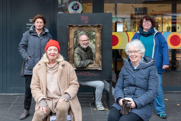 Het team dat de Kunstkijkroute in het Rietveldpaviljoen organiseert met van links naar rechts Wilma Luigjes, Trudi Willenborg,  Willem van Roozendaal, Riejanne Boeschoten en Fokjen Koning.