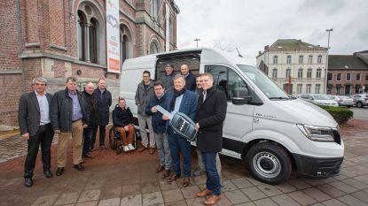 Gemeente neemt nieuwe bestelwagen op elektriciteit in ontvangst