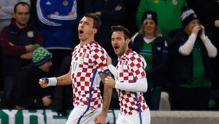 Mario Mandzukic juicht na een doelpunt voor Kroatië, Duje Cop (rechts) viert mee.