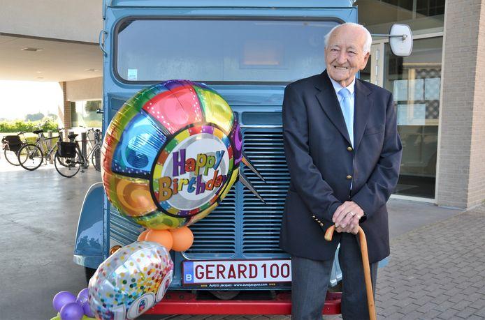 Gerard 100 poseert bij een bestelwagen van amper 50 jaar en dus uit 1969