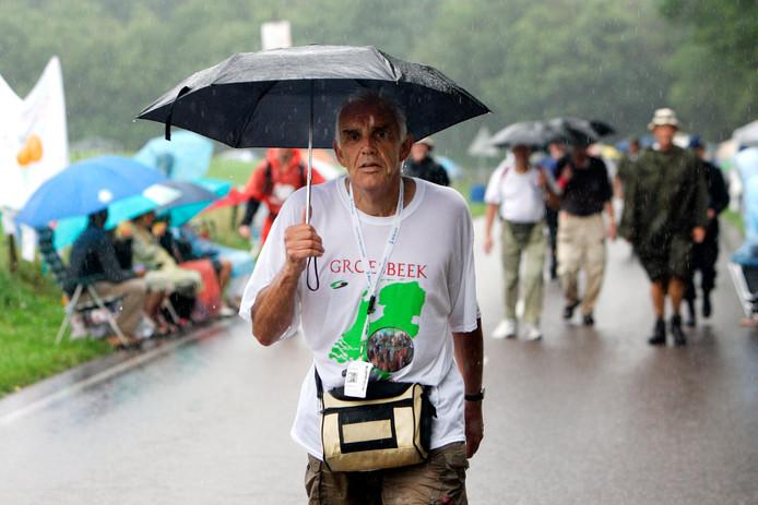 Wandelen tijdens de regen is deelnemers aan avondvierdaagsen in Nederland niet vreemd, maar als het onweert, wordt het gevaarlijk.