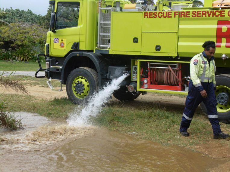 De lokale brandweer vult Trevors poel aan.