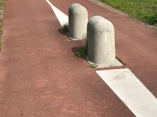 De betonnen afzetting waar de man keerde om vervolgens op zijn slachtoffer in te rijden.