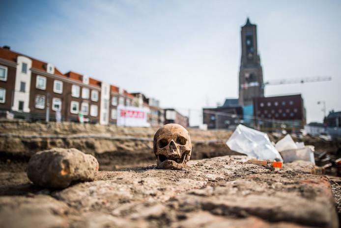 Een opgegraven schedel op de resten van de zuidelijke zijbeuk van de Broerenkerk in de Arnhemse Turfstraat.