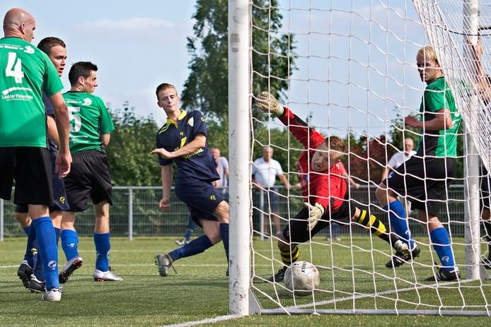 Prinsenland-speler Dorus Bakker werkt de bal achter doelman Ti Jey Bins.