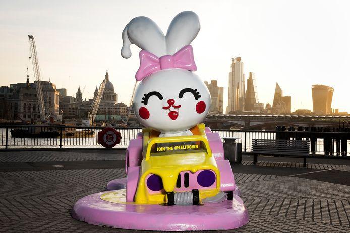 Un lapin géant en train de fondre installé à Londres par Burger King UK pour marquer le coup d'envoi de son action