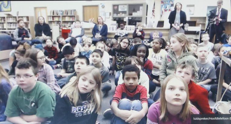 De leerlingen uit Nebraska volgen wat er in de klas in De Klijte gebeurt.