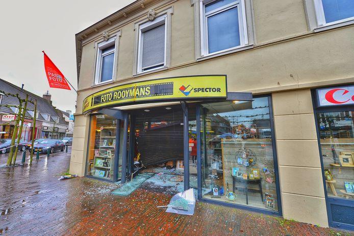 De pui van een fotozaak in Budel werd in mei door een gestolen Citroen geramd. Het gezin van de eigenaar woont boven de zaak en de dochter kon het kenteken van de vluchtauto doorgeven.