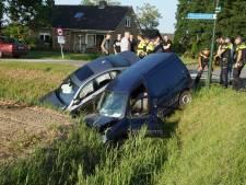 Twee auto's belanden na botsing in sloot, een bestuurder gewond