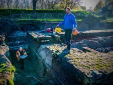 Archeoloog reinigt muur van poort waar geuzen doorheen kwamen: 'Ik sta op een historische plek'