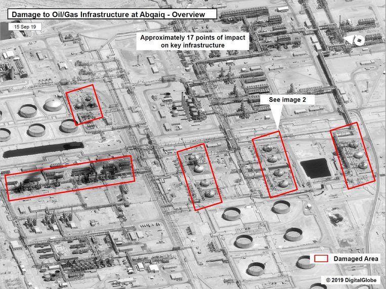 Op deze satellietbeelden die zijn vrijgegeven door de Amerikaanse regering is de schade aan de olie- en gasinstallaties in het Saudische Abqaiq te zien. Beeld REUTERS