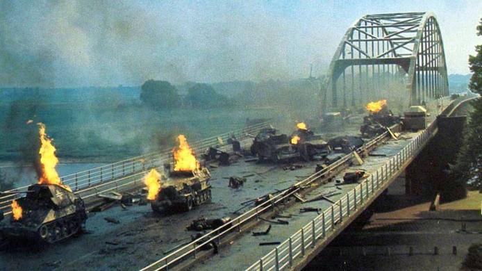 Gevechten op de Rijnbrug in Arnhem in een scène van 'A bridge too far'. Foto PR