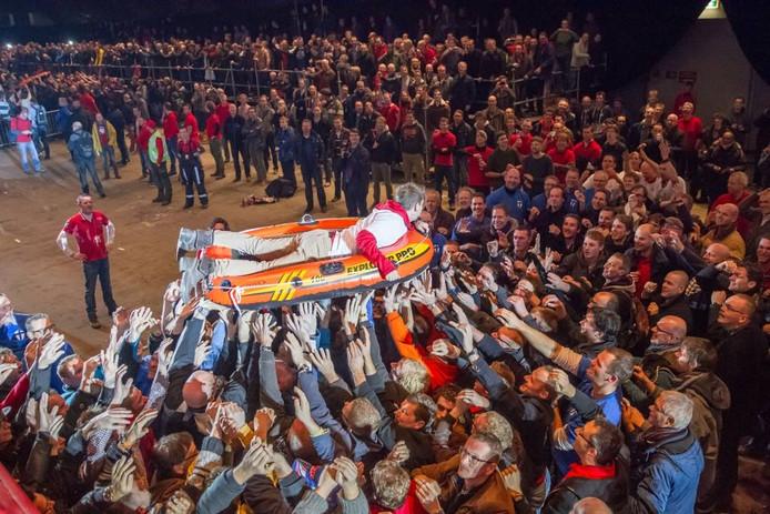 Crowdsurfen in een rubberboot, zaterdag tijdens het 4e Musketier evenement in de IJsselhallen.
