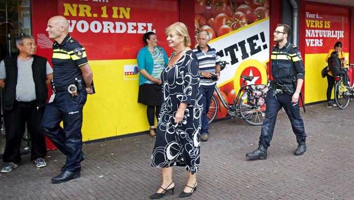 Burgemeester Geke Faber brengt een bezoek aan de Vomar supermarkt in de wijk Poelenburg, afgelopen vrijdag.