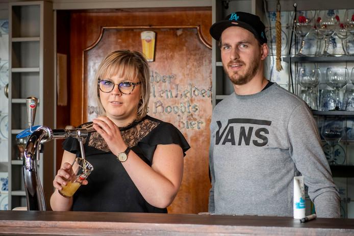 Sofia Rogiers met haar vriend Pieter Van den Bossche achter de bar van café 't Oude Raedhuis.